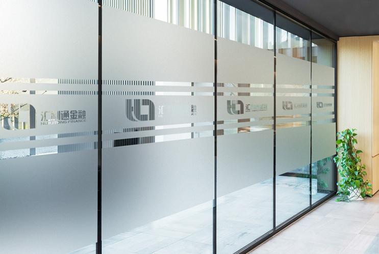 长沙公司隔断LOGO制作 透明镂空玻璃贴条 公司背景墙